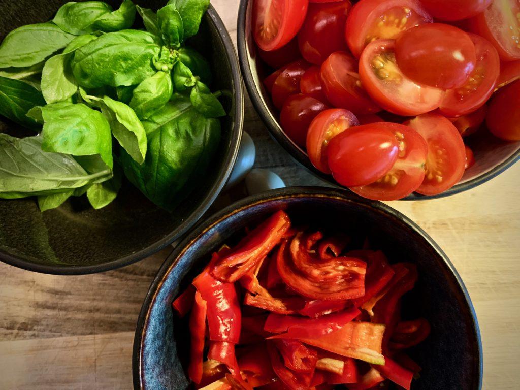 Chili, tomater og basilikum